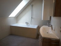 EIII_Badezimmer mit Wanne und Dachfenster